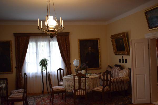 W chłopskiej izbie i w szlacheckim dworze